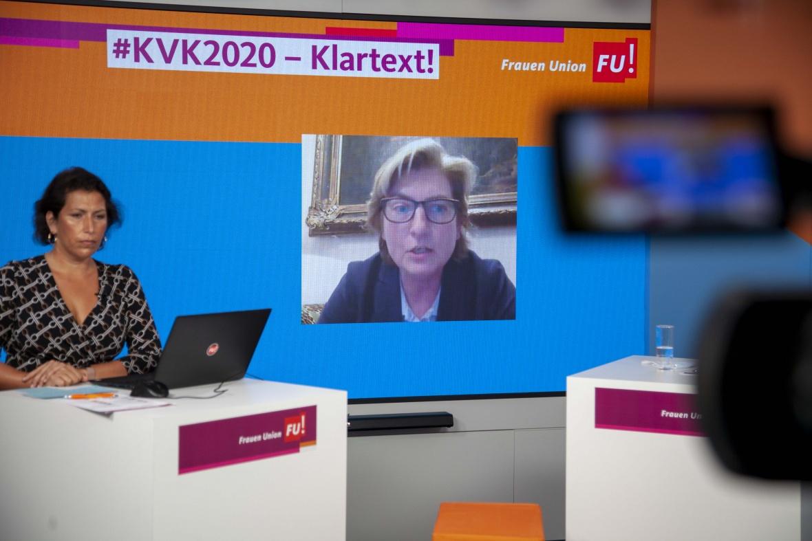 Kristy Augustin MdL, Landesvorsitzende der FU-Brandenburg moderiert die Diskussionsrunde zu einem Sexkaufverbot
